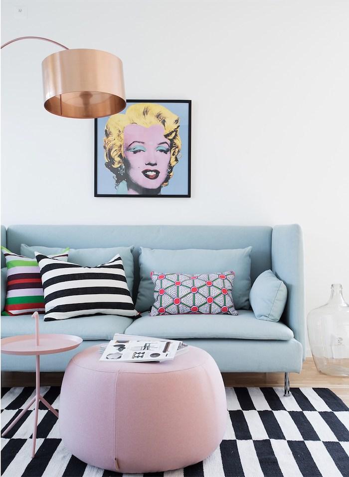 decoration interieur, canapé en bleu claire avec coussin rayé en blanc et noir, peinture portrait de Marilyn Monroe