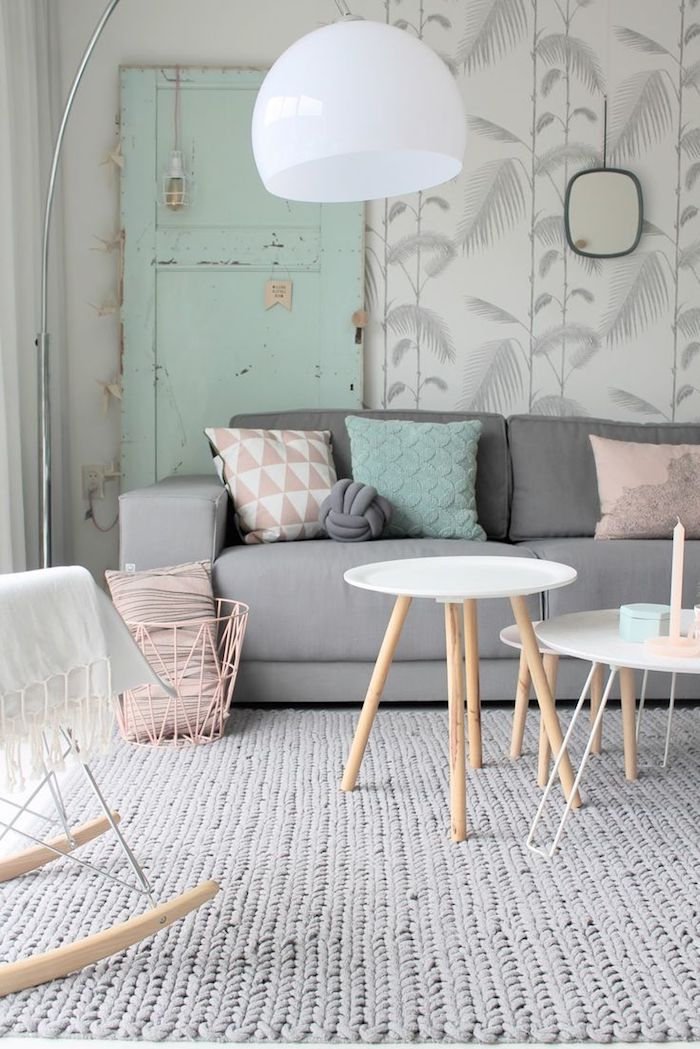 idée peinture salon, comment décorer son intérieur en couleurs pastel, lampe sur pied blanche, table blanche aux pieds en bois
