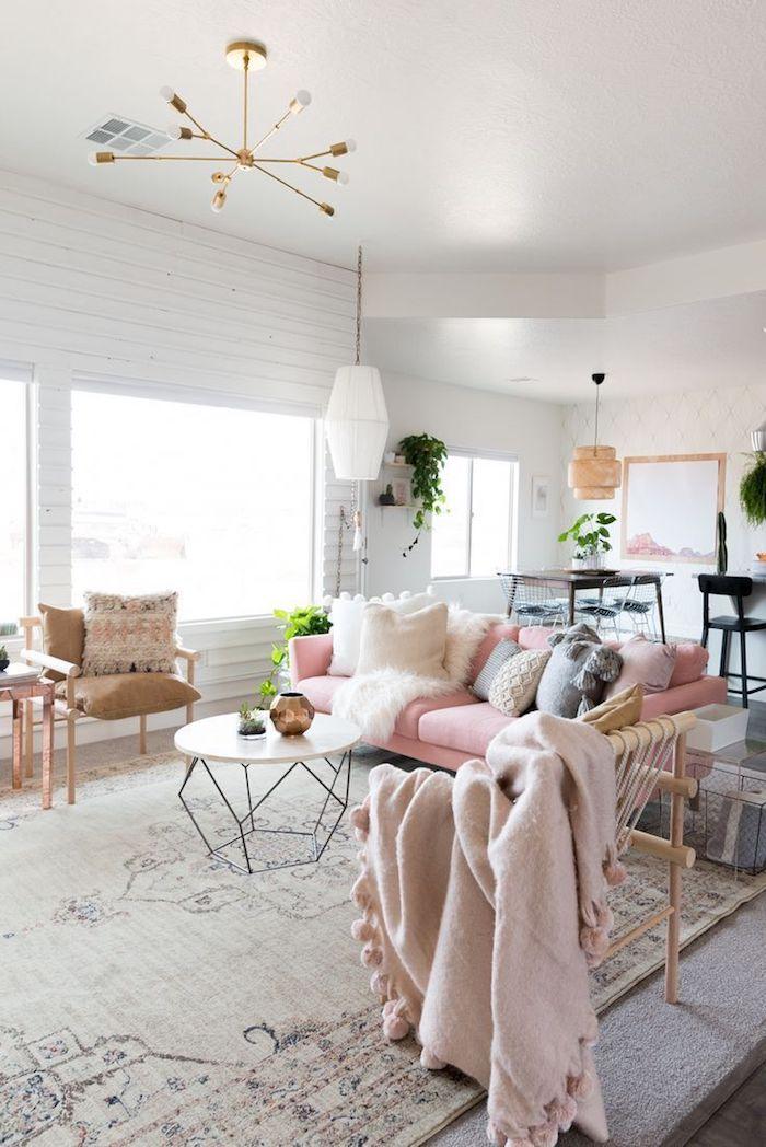 comment arranger les objets dans le salon, pièce aux murs blancs avec meubles en bois