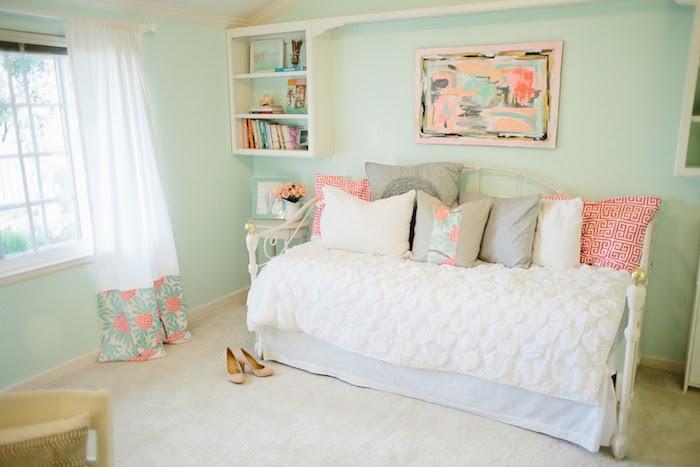avec quelles couleurs associer le rose pastel, chambre fille aux murs peints en vert pastel, coussins décoratifs en gris et blanc