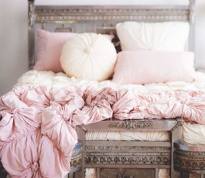 chambre rose et blanc, idée comment décorer le lit dans une chambre fille, coussins rond et rectangulaire