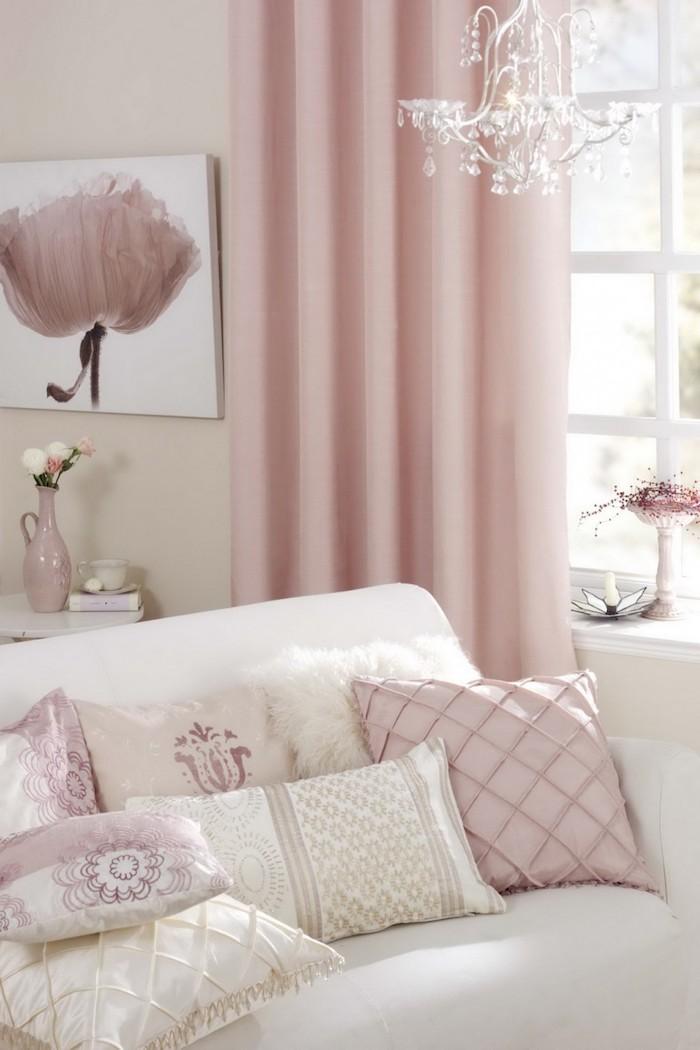 salon blanc aux objets décoratifs en rose pastel, peinture blanche à design fleur rose pastel