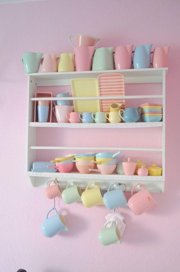 choisir des services de café en couleurs pastel, étagère murale en bois avec tasses et assiettes à design pastel