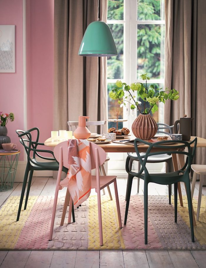 lampe suspendue en turquoise, grande fenêtre donnant sur le jardin, vase à design origami marron