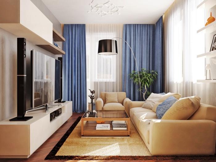 modele de salon blanc et beige avec canapé et tapis teinte fauve, rideaux, couleur mur et meuble tv blancs, rideaux bleues, lampe noire