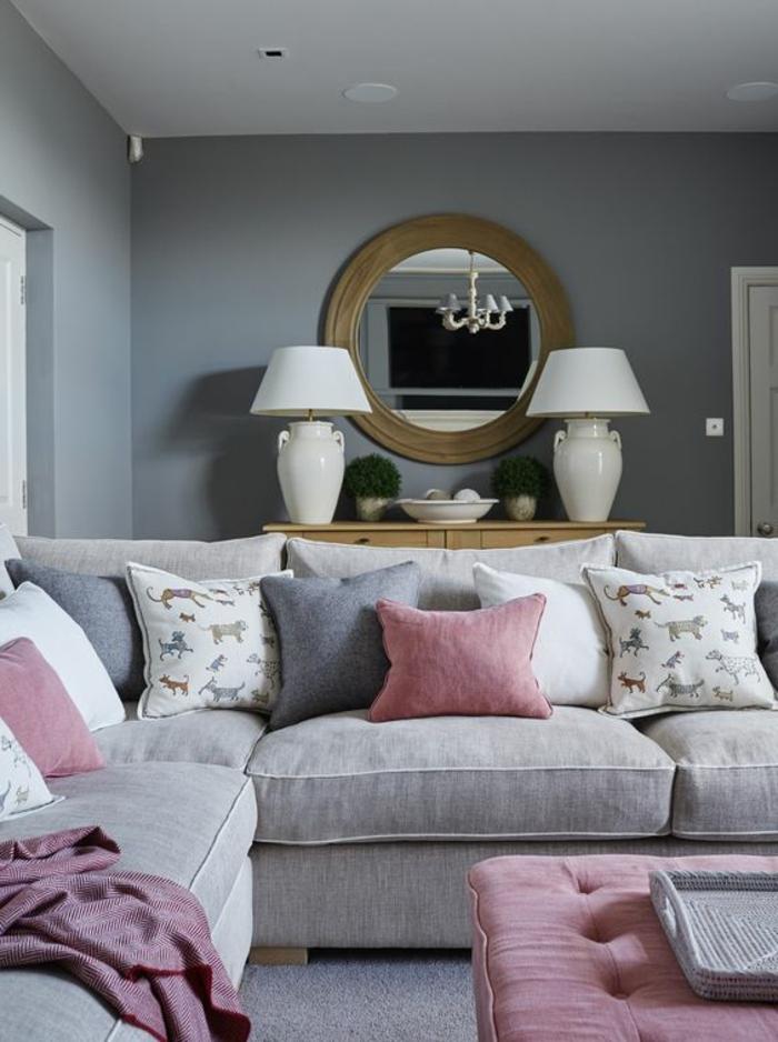 couleur peinture salon, miroir rond en bois, coussins déco, deux lampes à abat-jour
