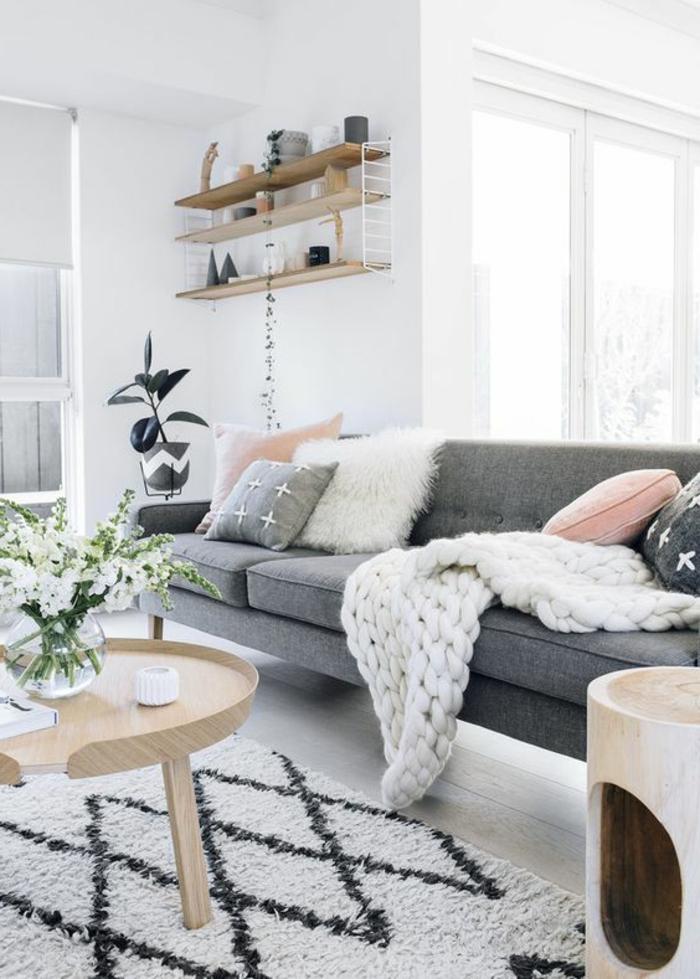 couleur peinture salon, tapis berbère, table en bois avec bouquet de fleurs blanches, étagère de bois murale