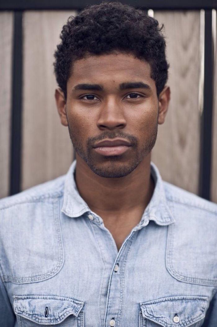coupe courte afro homme noir simple dégradé