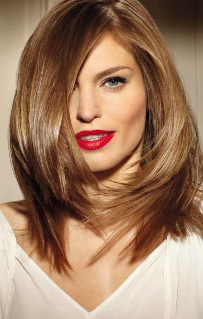 coiffure femme court longueur qui flatte le visage carré et estompe les machoires éminentes