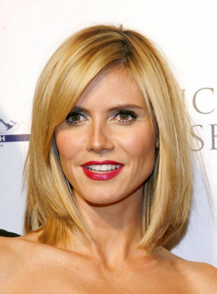 coiffure femme court carré blond frange latérale longue avec les pointes effilées