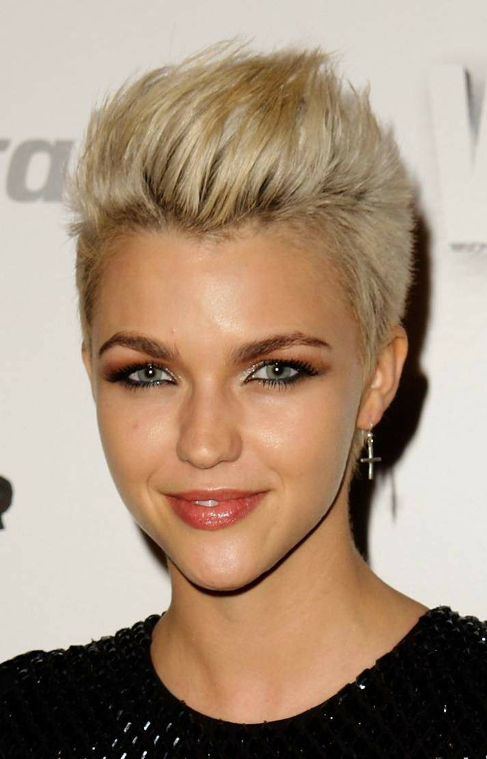 coiffure femme court dans la couleur blonde pixie tendance aux mèches rebelles