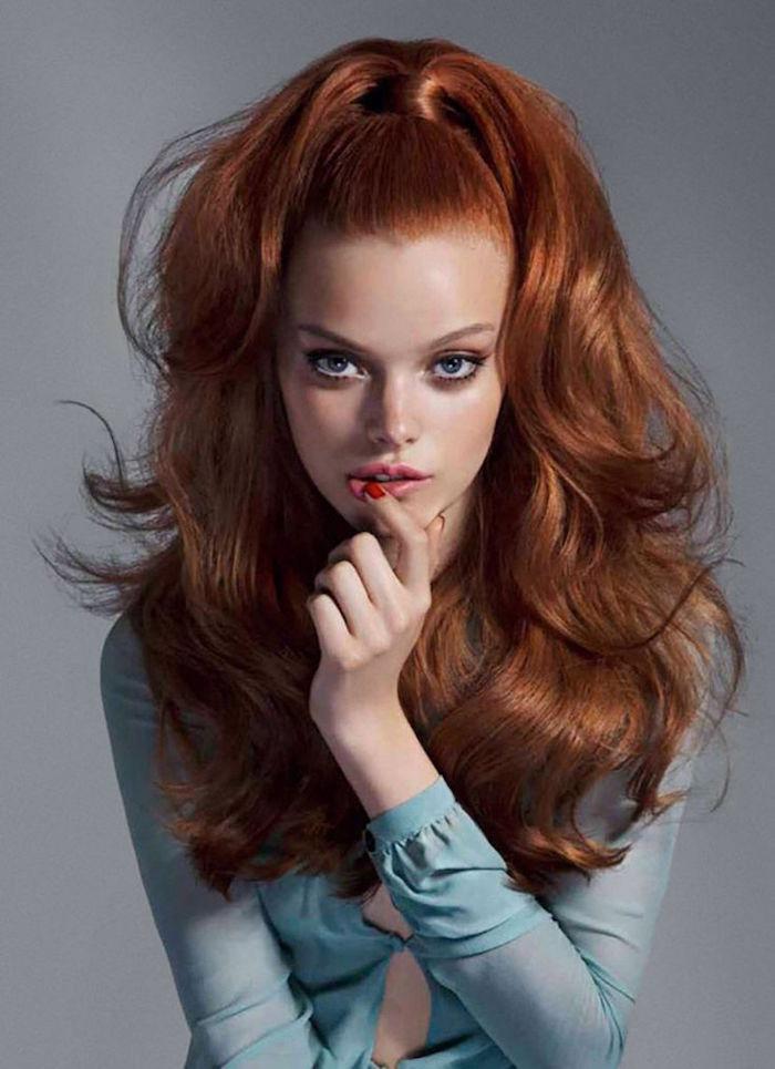 idée modele coiffure style années 60 femme rousse queue de cheval volume ondulation