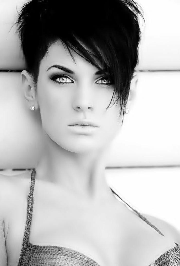 coupe de cheveux femme pixie en couleur noire corbeau avec la frange latérale