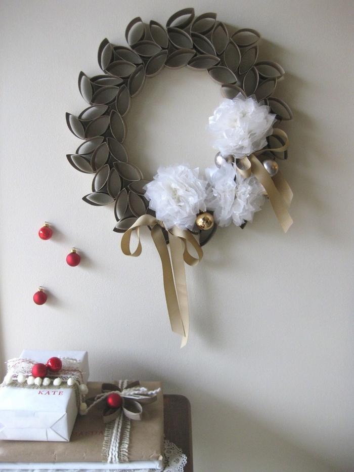une couronne de noel originale à faire soi-même à partir des rouleaux de papier récupérés, idée géniale pour un diy deco recup