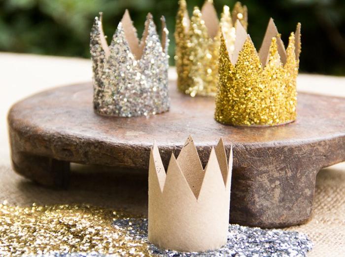 des couronnes à paillettes en tubes carton recyclés pour les petites princesses, idée originale pour recycler un rouleau papier toilette