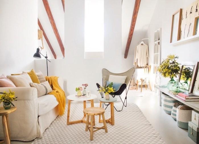 exemple coussin cocooning, canapé beige, coussins decoratifs beige, jaune et rose, tapis gris et blanc, tables basses en bois, chaise design
