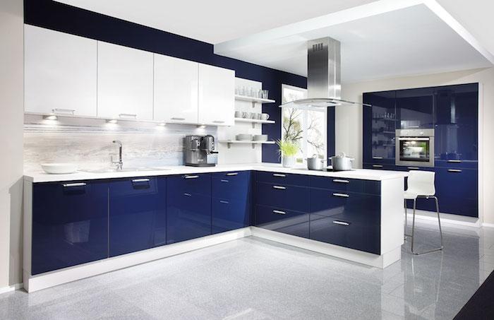 meuble haut cuisine, machine de café grise, évier deux vasques, meubles sous vasques en bleu foncé