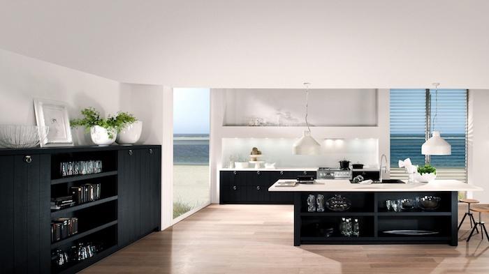 meuble cuisine, éclairage led au-dessus de l'évier, plafond et murs blancs, revêtement de sol en bois claire