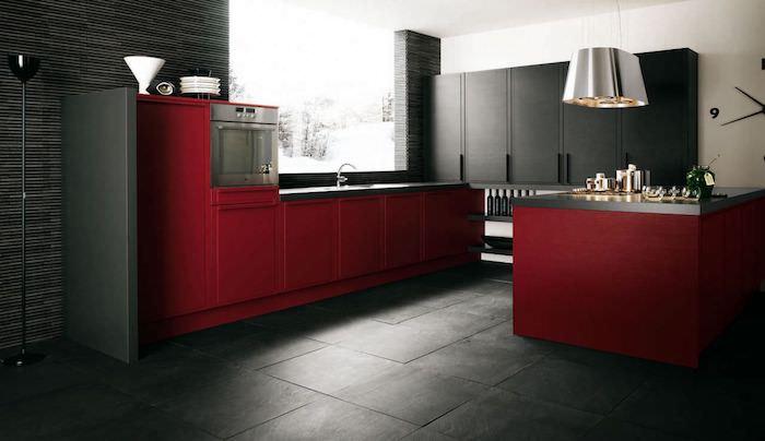 decoration interieur, carrelage de sol en gris foncé, meubles de cuisine rouge, lampe suspendue en métal