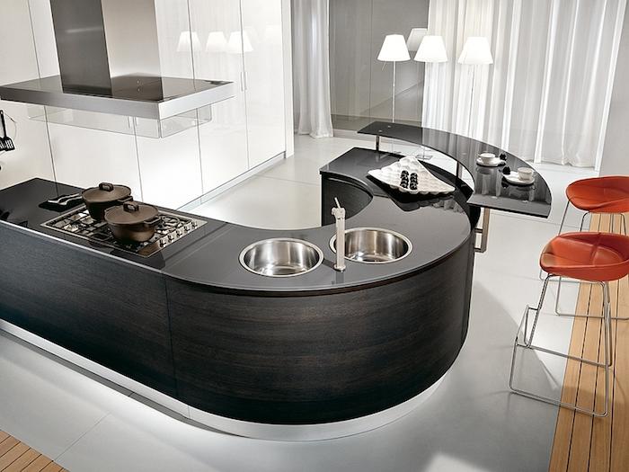 ilot central, décoration de cuisine moderne en blanc et noir, carrelage de sol blanc, revêtement de sol en bois