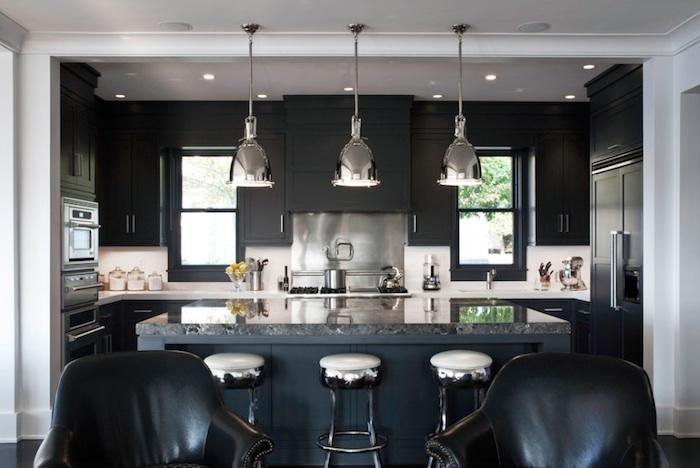 tendance deco, fauteuil en cuir noir, comptoir noir ilot central, suspension luminaire industriel en métal