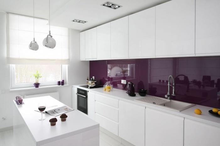 modele de cuisine, lampes suspendues blanches, cuisine total blanc avec déco en violet