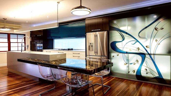 idee deco cuisine, plafond blanc avec sol en bois, ilot central blanc avec comptoir noir