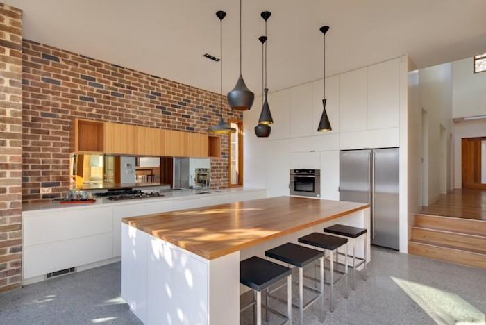 decoration interieur, murs en briques et plafond blanc, grand réfrigérateur gris, meubles de cuisine blancs
