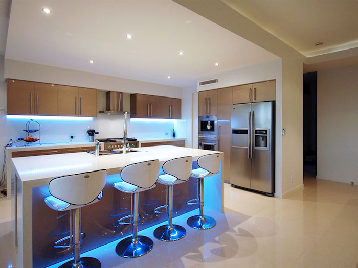 idee deco cuisine, meubles de cuisine en bois, plafond suspendu blanc avec éclairage led