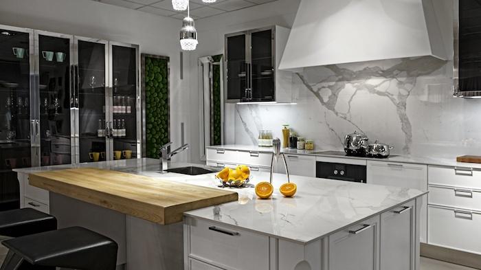 meuble cuisine, peinture à motif végétation pour ambiance zen, meubles en verre avec finition métalliques