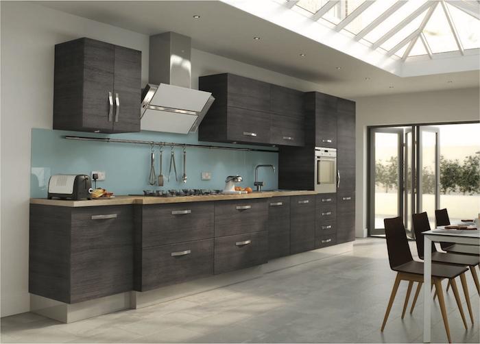cuisine aménagée, comptoir en bois avec évier en onyx, meubles de cuisines en gris foncé