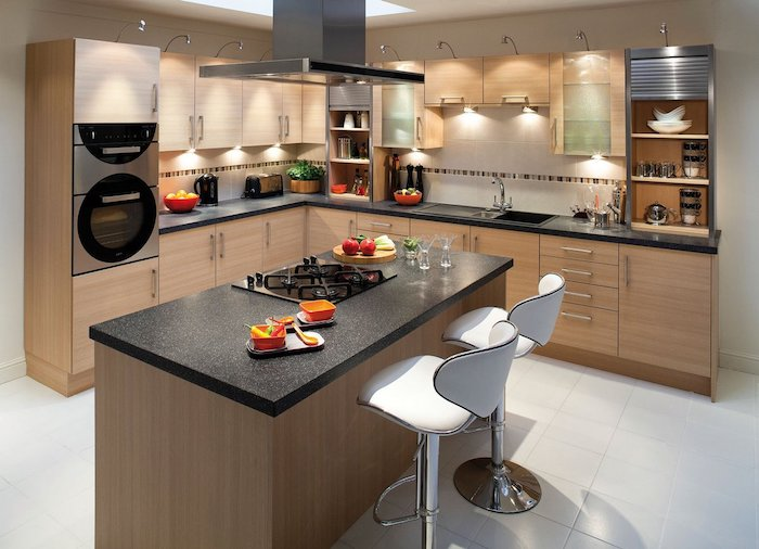 cuisine avec ilot central, carrelage de sol en blanc, plafond blanc avec fenêtre, comptoir de cuisine noir