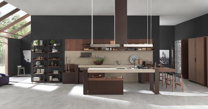idee deco cuisine, plafond blanc avec fenêtres et poutres en bois, murs peints en noir
