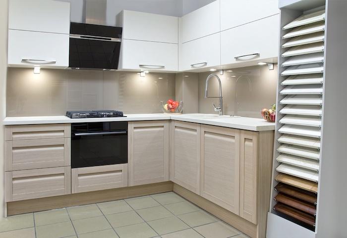 modele de cuisine, meubles en blanc avec poignées métalliques, aménagement de cuisine compacte