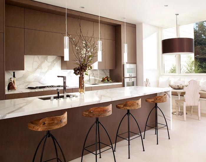 cuisine ouverte sur salon, carrelage de sol en beige, plafond blanc avec éclairage led