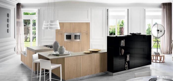 idee deco cuisine, murs blancs avec déco en plâtre, cuisine avec meubles en bois clair avec poignées métalliques