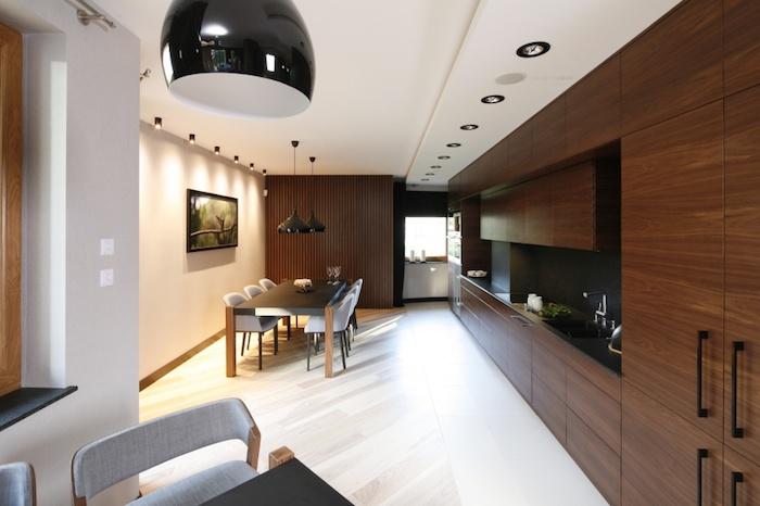 meuble cuisine, table à manger noire avec chaises blanches, aménagement de cuisine en longueur