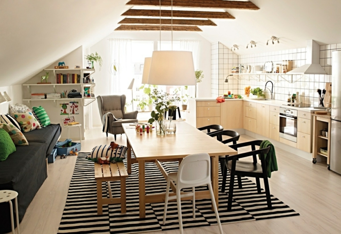 deco scandinave pas cher, une cuisine salle à manger, cuisine façcade bois lcair et varrelahe blanc, dalle à manger avec table en bois et chaises noir et blanc, tapis noir et blanc, canapé gris, poutres apparentes