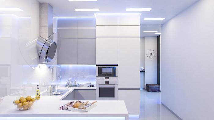 tendance deco, ustensiles technologiques dans une cuisine total blanche, éclairage sous meubles