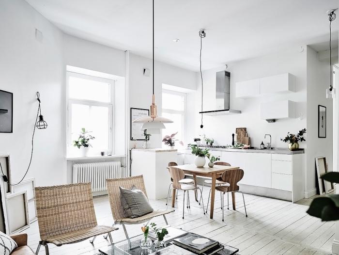 modele de cuisine ouverte sur salon, inspiration scandinave, parquet clair, façade cuisine blanche, table et chaises bois, suspensions originales