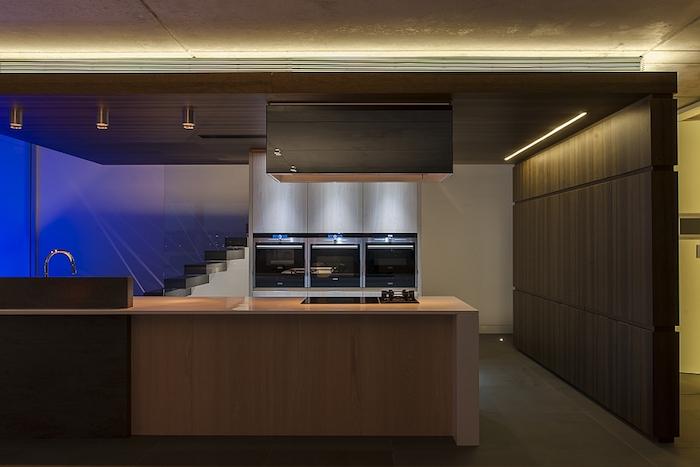 tendance deco, mur séparatif en bois marron foncé, revêtement de plafond en bois, éclairage néon bleu