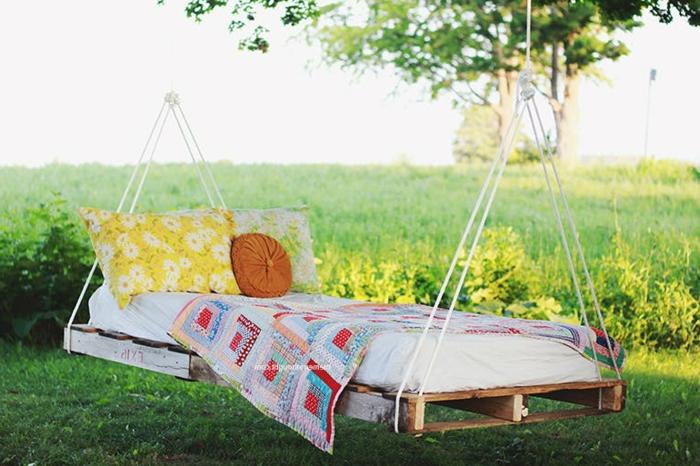 idée comment faire un lit en palette suspendu, flottant, idee creation deco bricolage facile, linge de lit coloré style bohème