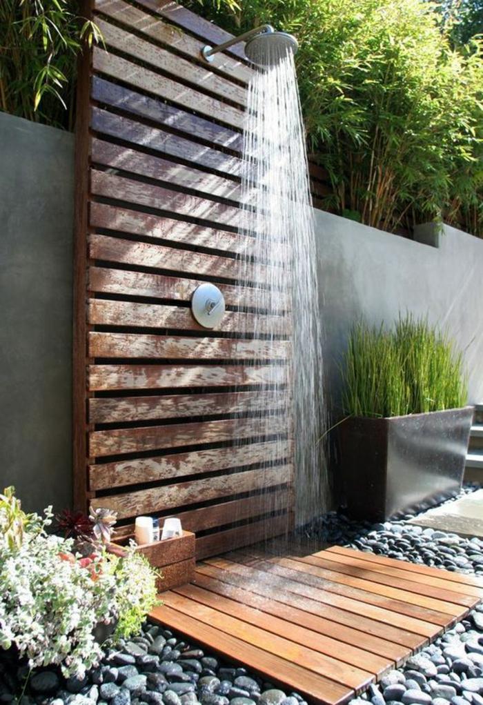 déco salle de bain zen, douche faite avec une palette dans le jardin, sol en galets décoratifs