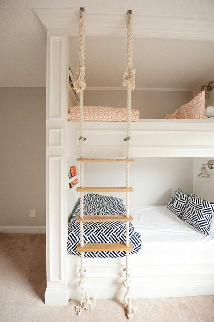 deco chambre ado garcon lits blancs en deux niveaux avec escalier corde et bois