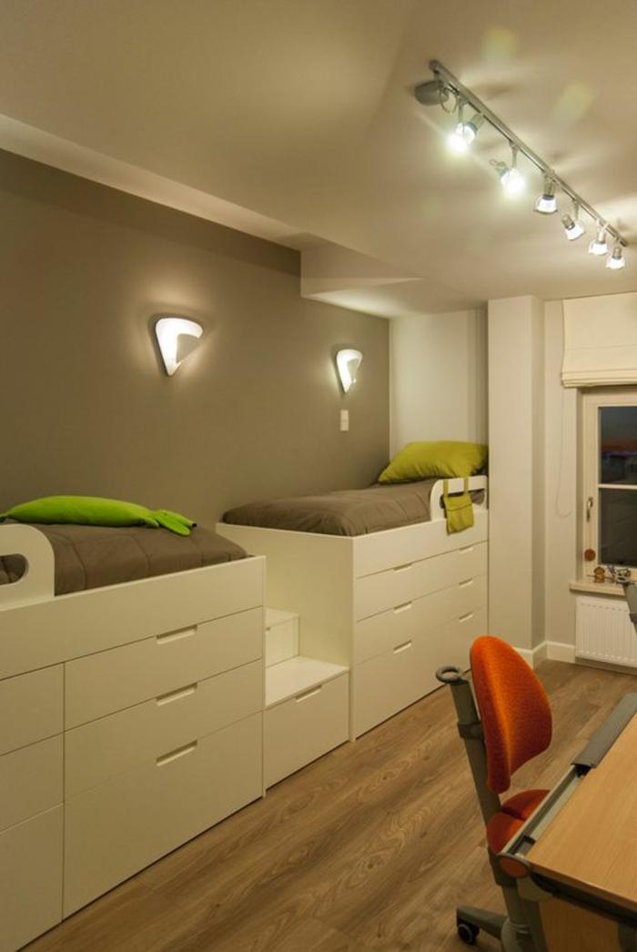 chambre garcon deco chambre garcon avec deux lits murs en marron clair chaise orange