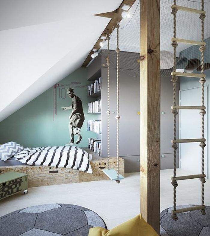 chambre garcon theme du football couleurs mauve et blanche avec des escaliers en corde pour grimper sticker footballeur au mur