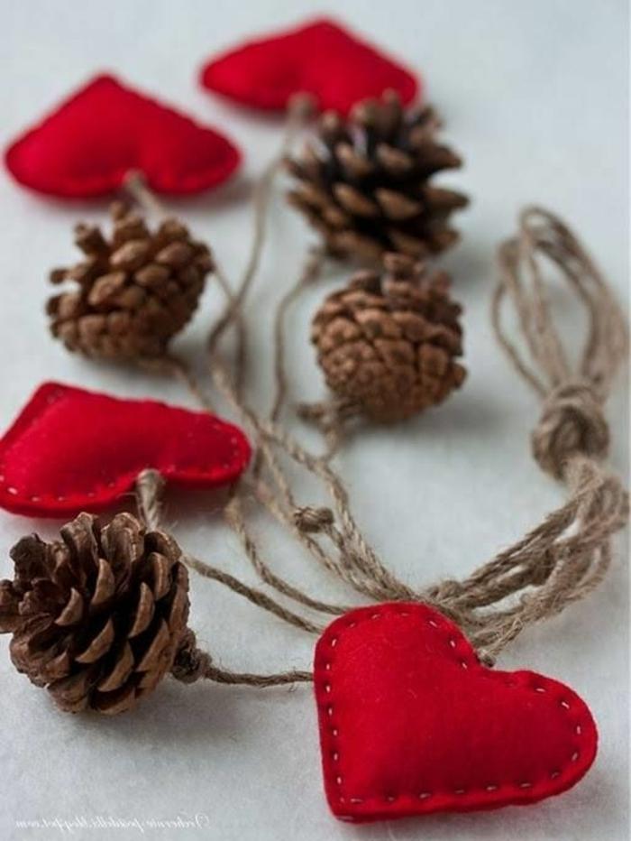 décoration de noel à fabriquer, décoration de fête fait maison avec coeurs rouges