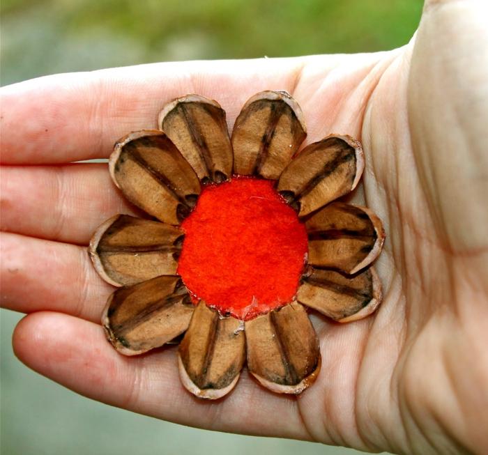 décoration de noel à fabriquer, fleur créative avec centre en papier feutrine et pétales originales