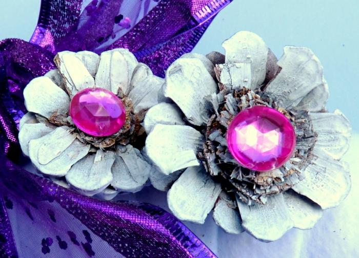 décoration de noel à fabriquer, deux fleurs diy avec matériaux naturels, petites perles roses et ruban lilas