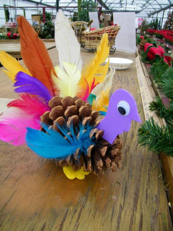 décoration de noel à faire soi-même, dinde faite avec plumes colorées
